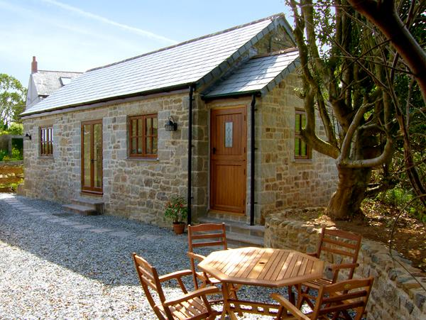 BROCKS BARN, romantic, country holiday cottage, with a garden in Lostwithiel, Ref 2267 - Image 1 - Lostwithiel - rentals