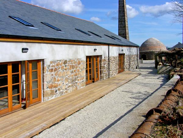 RIVERSIDE, family friendly, country holiday cottage, with a garden in Roche, Ref 2404 - Image 1 - Roche - rentals