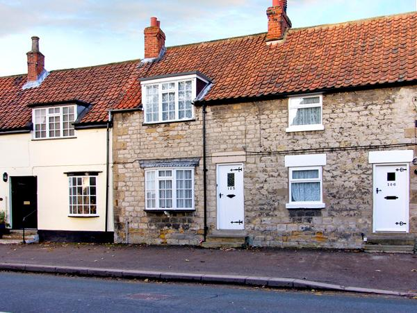 ALFIE'S PLACE, pet friendly, country holiday cottage, with a garden in Pickering, Ref 2733 - Image 1 - Pickering - rentals
