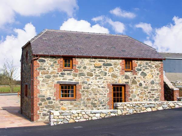 BLUEBELL COTTAGE, family friendly, character holiday cottage, with a garden in Caeathro, Ref 2953 - Image 1 - Caeathro - rentals