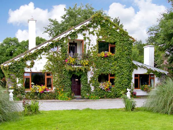 BREWSTERFIELD LODGE HOUSE, pet friendly, country holiday cottage, with a garden in Killarney, County Kerry, Ref 2630 - Image 1 - Killarney - rentals