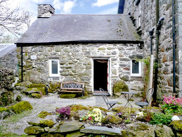 CEFN COCH ISAF, pet friendly, character holiday cottage, with a garden in Porthmadog, Ref 1242 - Image 1 - Porthmadog - rentals