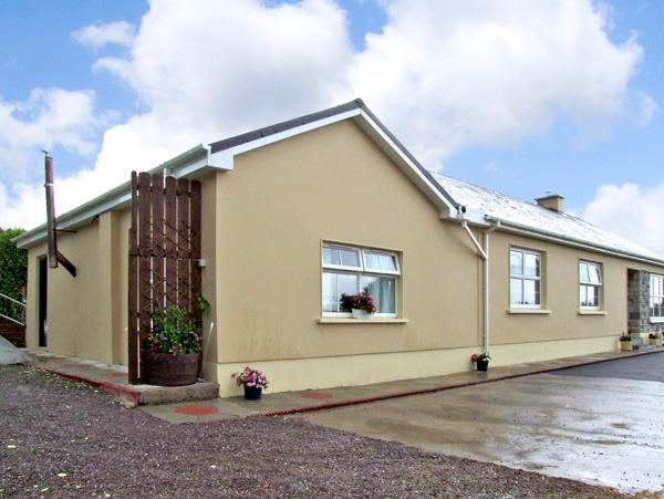 EAGLE'S CREST COTTAGE, romantic, with open fire in Killorglin, County Kerry, Ref 2631 - Image 1 - Killorglin - rentals