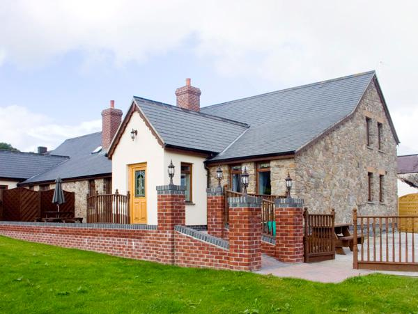 ELDER COTTAGE, pet friendly, luxury holiday cottage in Kidwelly, Ref 2303 - Image 1 - Kidwelly - rentals