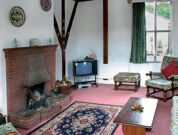 GARDENERS COTTAGE, pet friendly, character holiday cottage, with a garden in Talhenbont Hall Country Estate, Ref 383 - Image 1 - Chwilog - rentals