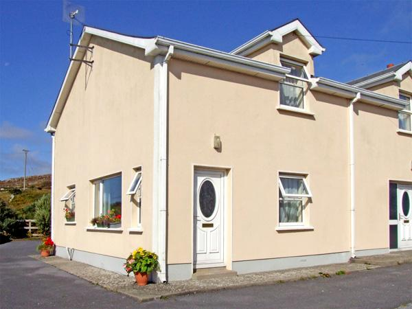 TIGH M. CHARLES, open fire, outdoor space in Lettermore, County Galway, Ref 3641 - Image 1 - Lettermore - rentals