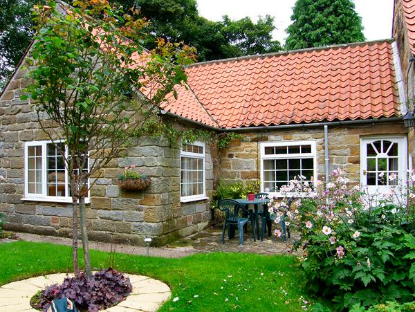 THROSTLE NEST COTTAGE, country holiday cottage, with a garden in Sleights Near Whitby, Ref 2628 - Image 1 - Sleights - rentals