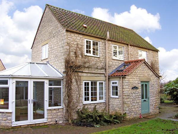 CASTLE VIEW, pet friendly, character holiday cottage, with a garden in Helmsley, Ref 2779 - Image 1 - Helmsley - rentals