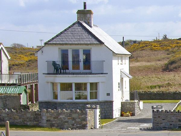 PORTH HOUSE, family friendly, luxury holiday cottage, with spa pool in Trearddur Bay, Ref 761 - Image 1 - Trearddur Bay - rentals