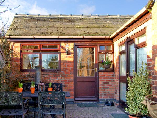 RIVER VIEW, romantic, country holiday cottage, with a garden in Calwich, Ref 2359 - Image 1 - Calwich - rentals