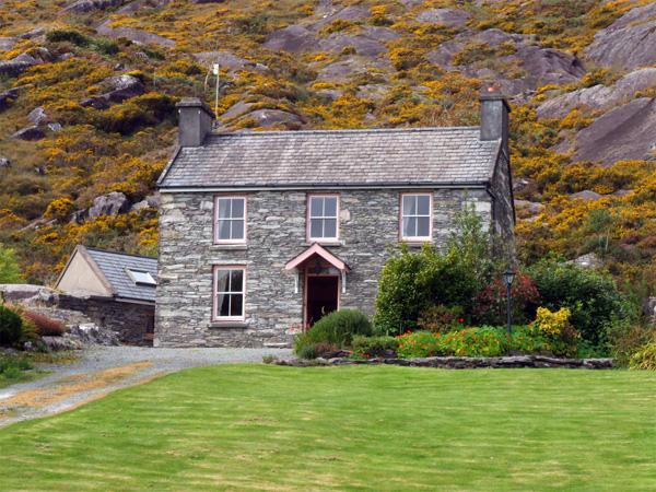 ROCK HOUSE, pet friendly, character holiday cottage, with a garden in Adrigole, County Cork, Ref 3651 - Image 1 - Adrigole - rentals