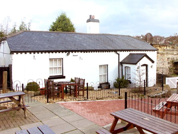SCOTCH HALL COTTAGE, pet friendly, character holiday cottage, with a garden in Llangollen, Ref 890 - Image 1 - Llangollen - rentals