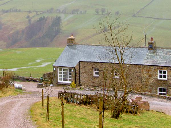 ASH POT BARN, family friendly, character holiday cottage, with a garden in Ravenstonedale, Ref 2387 - Image 1 - Ravenstonedale - rentals