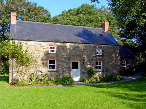 PENLANFACH FARMHOUSE, pet friendly, character holiday cottage, with open fire in Crymych, Ref 2021 - Image 1 - Crymych - rentals