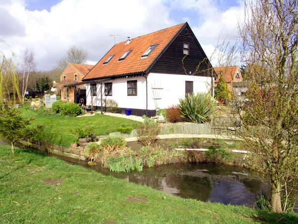 THE HAYLOFT, pet friendly, character holiday cottage, with open fire in Necton, Ref 2059 - Image 1 - Necton - rentals