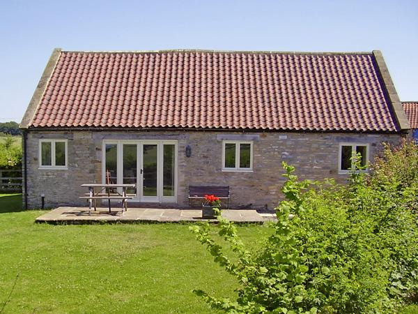PHEASANT COTTAGE, pet friendly, character holiday cottage, with a garden in Kirkbymoorside, Ref 1316 - Image 1 - Kirkbymoorside - rentals