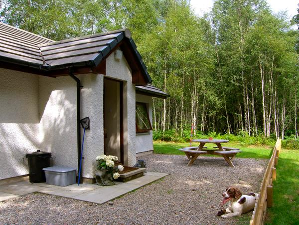 LEVISHIE, pet friendly, country holiday cottage, with a garden in Invermoriston, Ref 2514 - Image 1 - Invermoriston - rentals