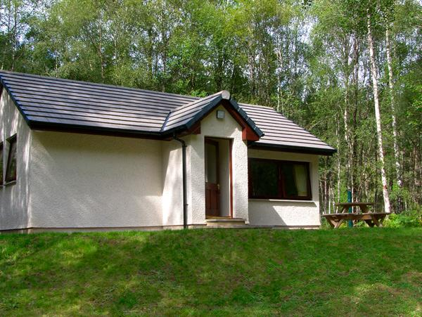 DUNDREGGAN, pet friendly, country holiday cottage, with a garden in Invermoriston, Ref 2515 - Image 1 - Invermoriston - rentals