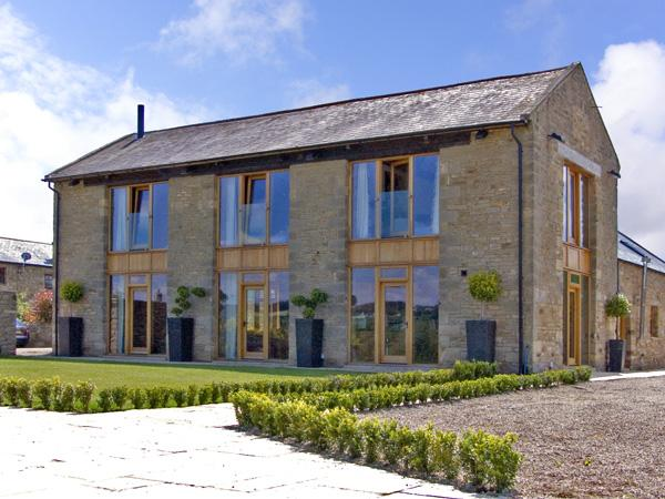 THE HAY BARN, family friendly, luxury holiday cottage, with hot tub in Gilling West Near Richmond, Ref 2286 - Image 1 - Gilling West - rentals