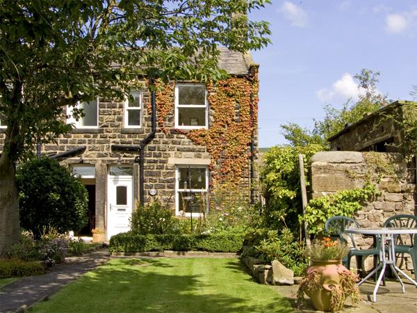 BOX TREE COTTAGE, family friendly, character holiday cottage, with a garden in Embsay, Ref 1485 - Image 1 - Embsay - rentals