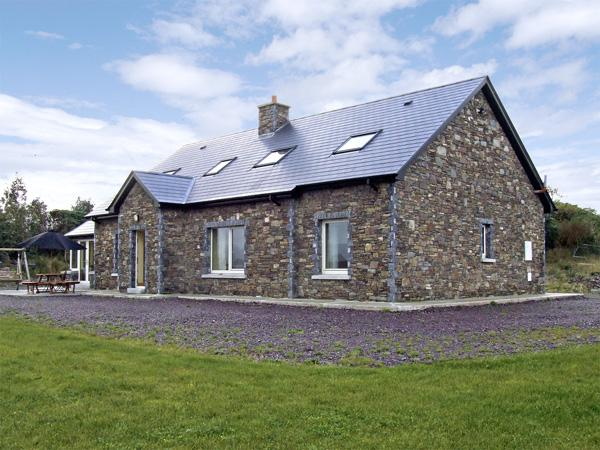 RIVER HOUSE, family friendly, luxury holiday cottage, with a garden in Sneem, County Kerry, Ref 3740 - Image 1 - Sneem - rentals