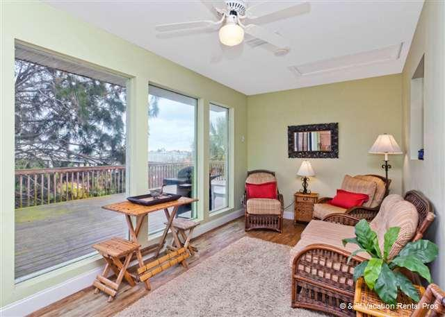 While away a sunny afternoon in our Florida room - Mad Lar Beach House 4 bedrooms, wifi - Saint Augustine - rentals