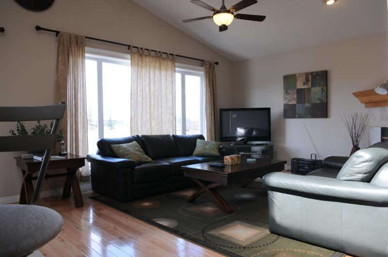 Living room with Vaulted Ceiling, Hardwood flooring. - Better Than 5* N.W 4 bedroom Home! Mins to Airport - Calgary - rentals