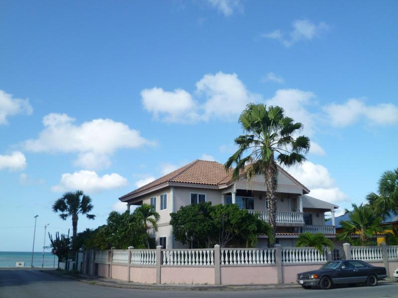 Le Chateau ocean Villa - across from Ocean  Walking Distance to Everything - Oranjestad - rentals