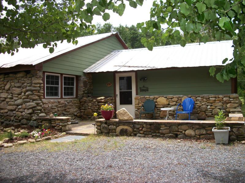cabin summer time - entrance.JPG - Stoney River Cabin at Lake James/Linville Gorge - Nebo - rentals