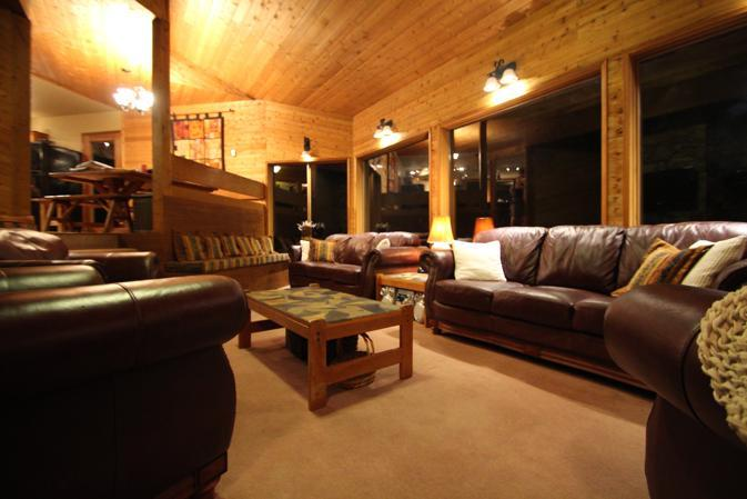 spacious living room, ideal for games, conversations or meetings - Pinetree Chalet Whistler. Gather, relax, entertain - Whistler - rentals