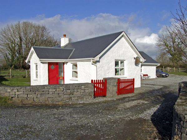 DELIA'S COTTAGE, pet friendly, character holiday cottage, with a garden in Ballinrobe, County Mayo, Ref 3734 - Image 1 - Ballinrobe - rentals
