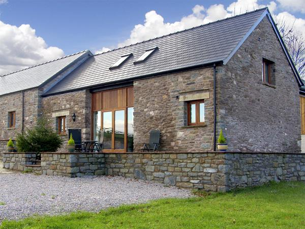 MILLBROOK BARN, family friendly, luxury holiday cottage, with a garden in Llanddewi Skirrid, Ref 3753 - Image 1 - Abergavenny - rentals