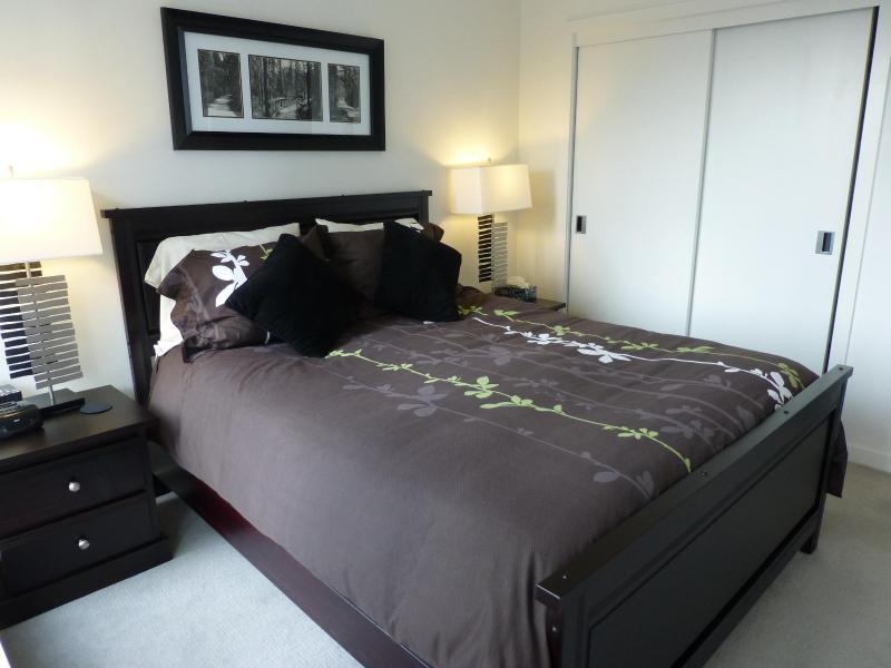Comfortable Bedroom With A Queen - Plush Bed - City Living In Downtown Victoria - The Falls - Victoria - rentals