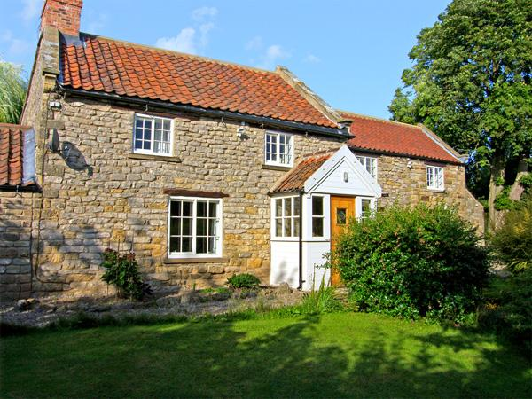 WILLOW COTTAGE, family friendly, luxury holiday cottage, with a garden in Sinnington, Ref 3635 - Image 1 - Sinnington - rentals