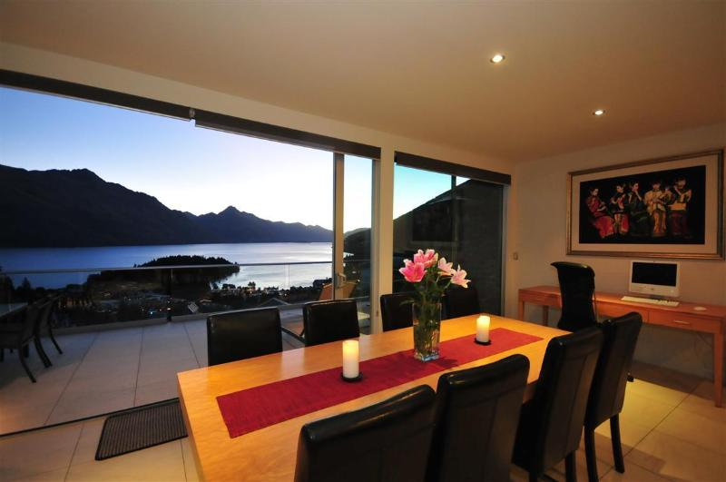 Dining table with a view - Queenscliff luxury villa in Queenstown New Zealand - Queenstown - rentals