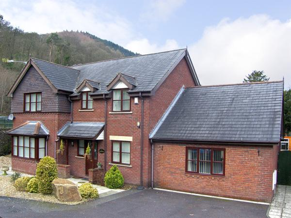 1 THE BEECHES, pet friendly, luxury holiday cottage, with a garden in Llangollen, Ref 3776 - Image 1 - Llangollen - rentals