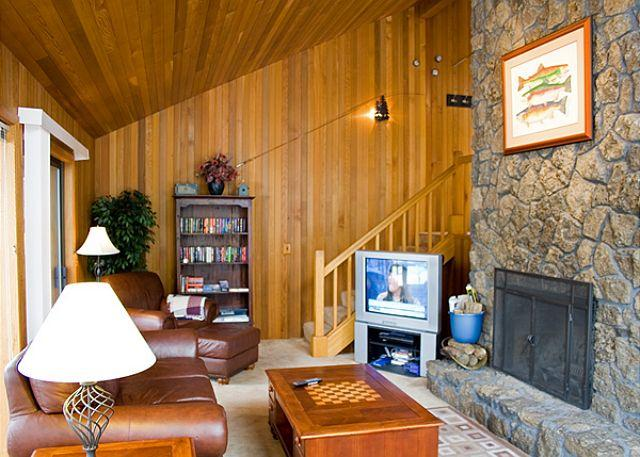 Living Room - Inviting Sunriver Home Pet-Friendly with 2 Master Suites Near North Entrance - Sunriver - rentals