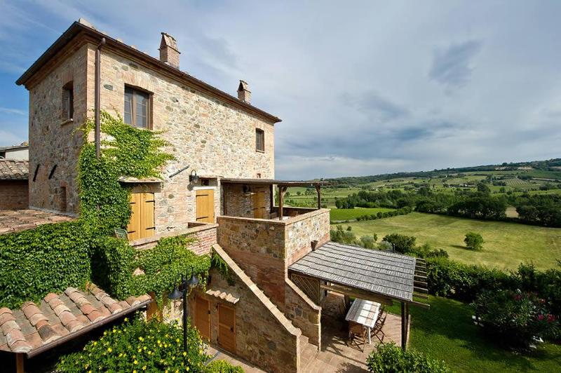 Atmospheric 3 Bedroom Hillside Apartment in Tuscany - Image 1 - Montepulciano - rentals