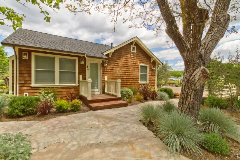 Front Garden and Entry to Main 1 bedroom house - Sonoma Farmhouse - Country (Kenwood, California) - Kenwood - rentals