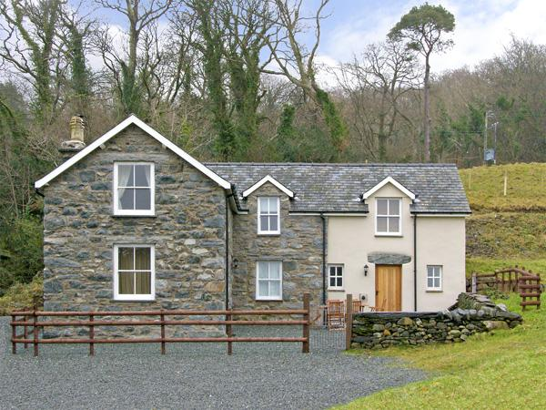 TYN LLWYN, pet friendly, country holiday cottage, with a garden in Eisinrug, Ref 3827 - Image 1 - Talsarnau - rentals