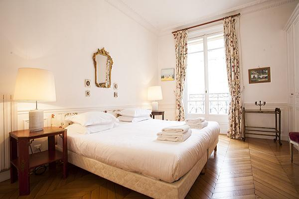 Berdroom 2 - Paris Vacation Apartment at Avenue Montaigne - Paris - rentals