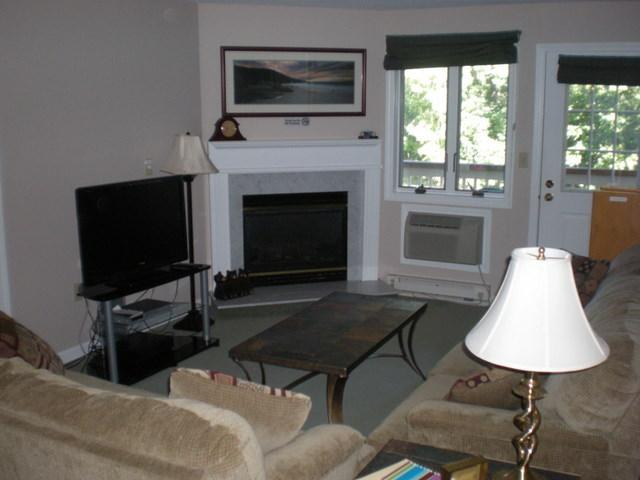 Living Room with Fireplace and Flat Panel LCD TV - Loon Inn 1- FP,A/C,Wifi,Pools,Health Club-Specials - Lincoln - rentals