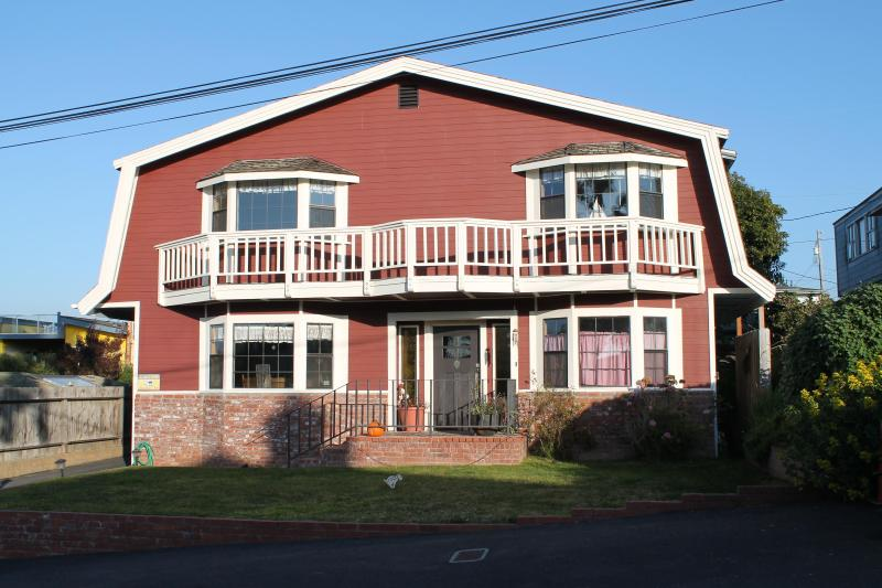 Exterior and front yard at Ocean's Breeze - Ocean's Breeze on Bay  Spacious 4bed/3bath + game room. - Morro Bay - rentals