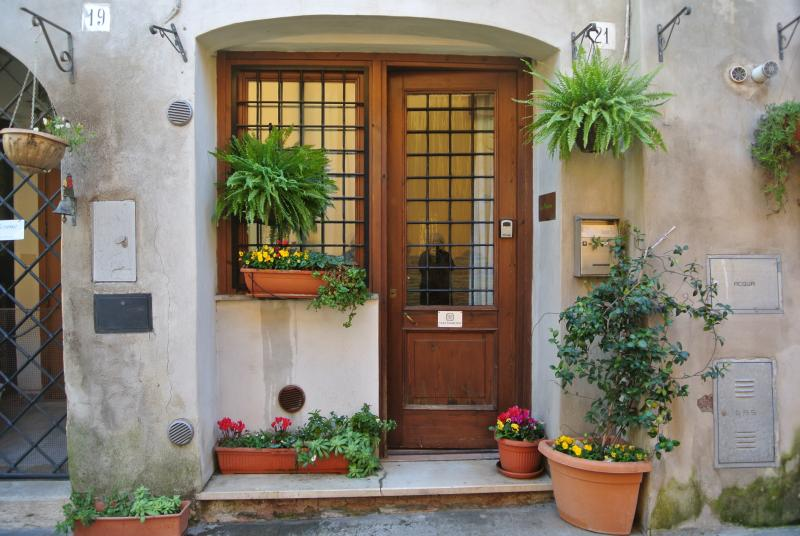 Front entrance of Casa Marconi - One-bed house with wi-fi in picturesque rural Rome - Capena - rentals