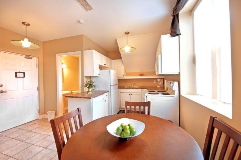 Dining and Kitchen Area - Junior Presidential - Niagara Falls - rentals