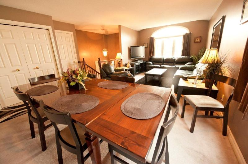 Open Concept Living and Dining Area - Serenity Retreat - Midweek dates discounted - Niagara Falls - rentals