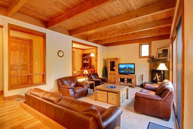Living room w/42