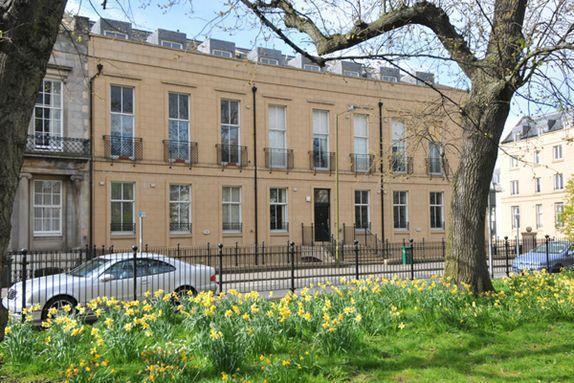 Exterior from Hopetoun gardens - Hopetoun Garden Apartment Parking WiFi Washer - Edinburgh - rentals