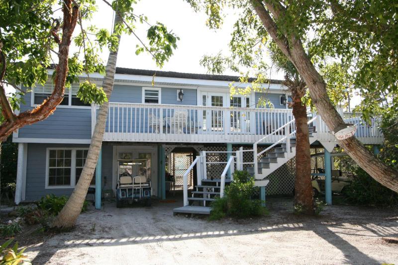 Huge 2 bedroom+Den Sleeps7 poolclub stps to Beach - Image 1 - Captiva Island - rentals
