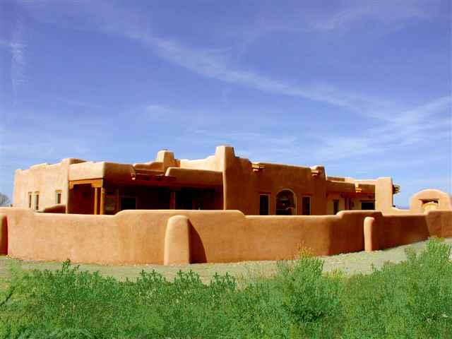 Adobe privacy walls front and back - Casa de los Huesos - Taos - rentals
